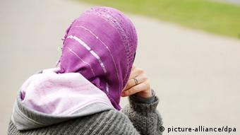 woman with head scarf, seen from behind Photo: Wolfram Steinberg dpa +++(c) dpa - Bildfunk+++