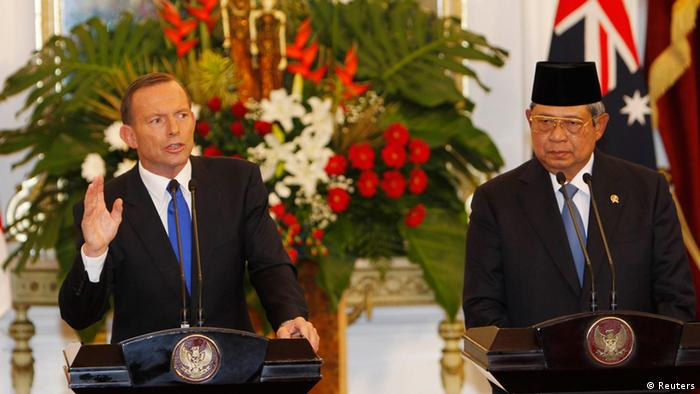 Australia's Prime Minister Tony Abbott speaks beside Indonesia's President Susilo Bambang Yudhoyono in Jakarta September 30, 2013. REUTERS/Beawiharta