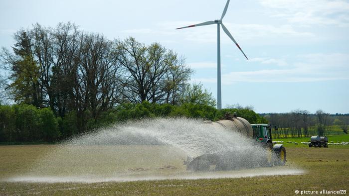 Traktor verteilt Gülle auf Feld in Brandenburg. (Foto: Patrick Pleul)