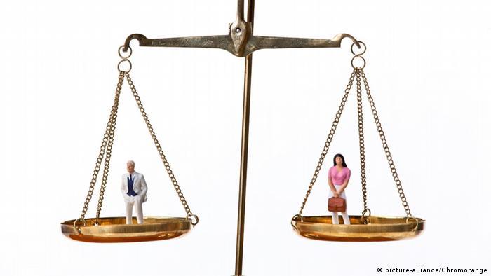 Mann und Frau auf der Waage
