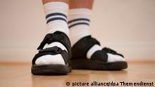 Symbolbild Klischee-Deutscher Socken in Sandalen