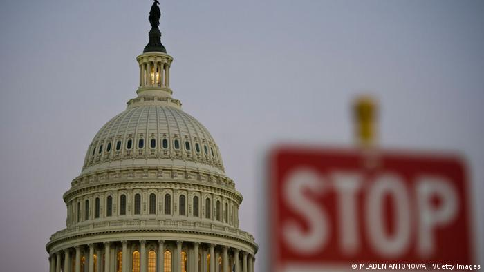 A stop sign is seen at dusk next to the US Congress building in Washington (Foto: afp/Getty Images)