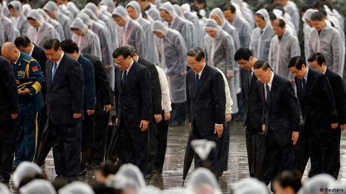 China's President Xi Jinping (blue tie, L-R), Premier Li Keqiang and Chinese Communist Party top leaders stand in silent tribute as it rains during a tribute ceremony at the Monument to the People's Heroes, on the 64th anniversary of the founding of the People's Republic of China, in Beijing October 1, 2013. China celebrates its National Day on Tuesday. REUTERS/Jason Lee (CHINA - Tags: POLITICS ANNIVERSARY)