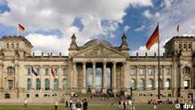 Blick auf den Reichstag, den Parlamentssitz des Bundestages in der deutschen Hauptstadt Berlin, aufgenommen am Sonntag 15.09.2005. Foto: Andreas Lander +++(c) dpa - Report+++, Blick auf den Reichstag, den Parlamentssitz des Bundestages in der deutschen Hauptstadt Berlin, aufgenommen am Sonntag 15.09.2005. Foto: Andreas Lander +++(c) dpa - Report+++