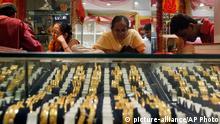 Juwelier mit Goldschmuck in Mumbai
