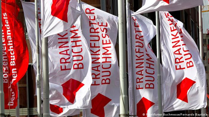 Waving flags in front of the entry to the Frankfurt Book Fair Copyright: Frankfurter Buchmesse/Fernando Baptista