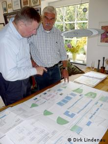Dirk Lindenau und Andreas Meyer-Bohe vor dem Plan des Abfall-Recycling-Schiffes (Bild: Dirk Lindenau)