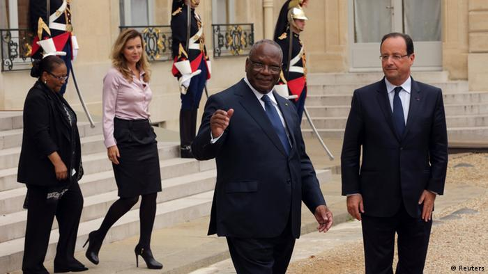French President Francois Hollande (R) and his companion Valerie Trierweiler (2ndL) accompany Ibrahim Boubacar Keita (2ndR), President of Mali, and his wife Aminata Maiga Keita (L) following a meeting at the Elysee Palace in Paris, October 1, 2013. REUTERS/Philippe Wojazer (FRANCE - Tags: POLITICS)