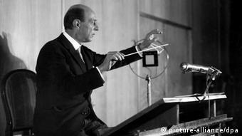 Der Komponist Arnold Schönberg (1874-1951) beim Dirigieren des Rundfunk Sinfonie Orchesters Berlin (Foto: picture-alliance/dpa)