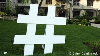 Hashtag-Symbol als Skulptur