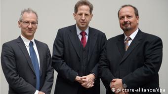 Die Historiker Michael Wala (rechts) und Constantin Goschler (links) mit Verfassungsschutz-Präsident Hans-Georg Maaßen in der Bundespressekonferenz in Berlin - Foto: Rainer Jensen (dpa)