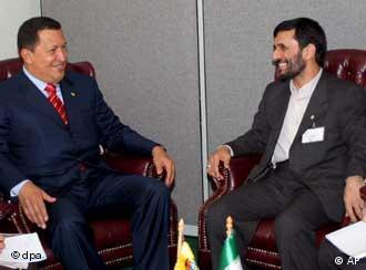 Hugo Chávez (izq.) con el presidente de Irán, Mahmoud Ahmadinejad al margen de la Cumbre.