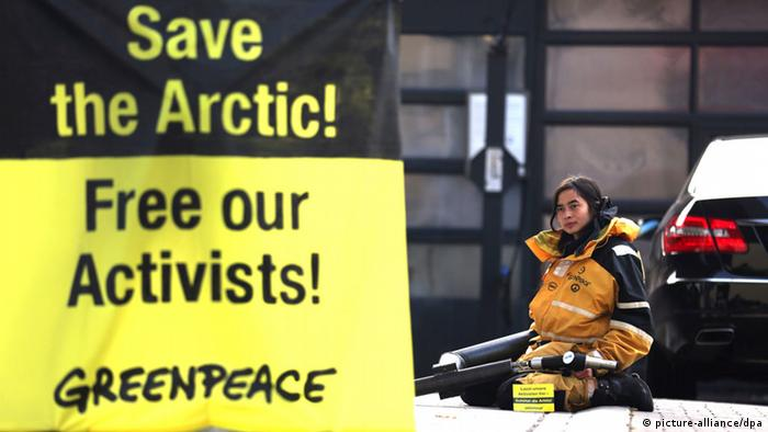 Protestors show their support for the arrested Greenpeace activists. Photo: dpa