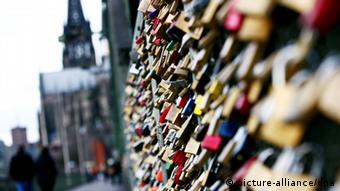 Love locks at the Hohenzollernbrücke in Cologne, Copyright: picture-alliance/dpa
