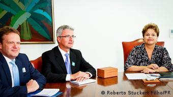 Dr. Bernd Martens, Mitglied des Vorstands der AUDI AG Bereich Beschaffung und Prof. Rupert Stadler, Vorstandsvorsitzender der AUDI AG, sitzen mit der brasilianischen Staatspräsidentin Dilma Rousseff am Tisch (Foto: Roberto Stuckert Filho/PR)