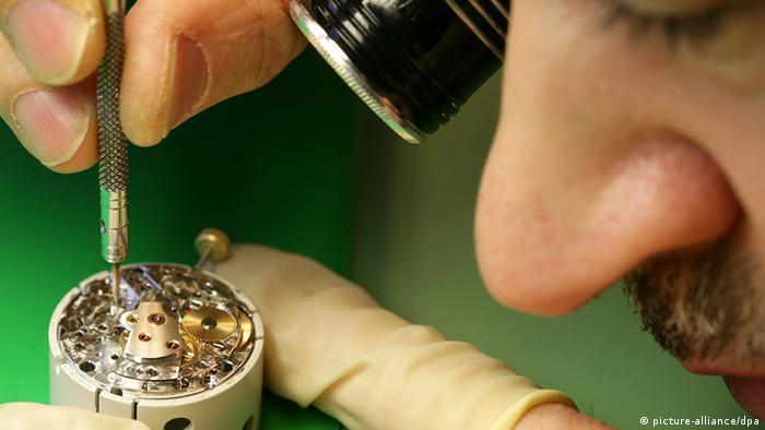 Deutschland Uhrenmacher schraubt an Armbanduhr (picture-alliance/dpa)