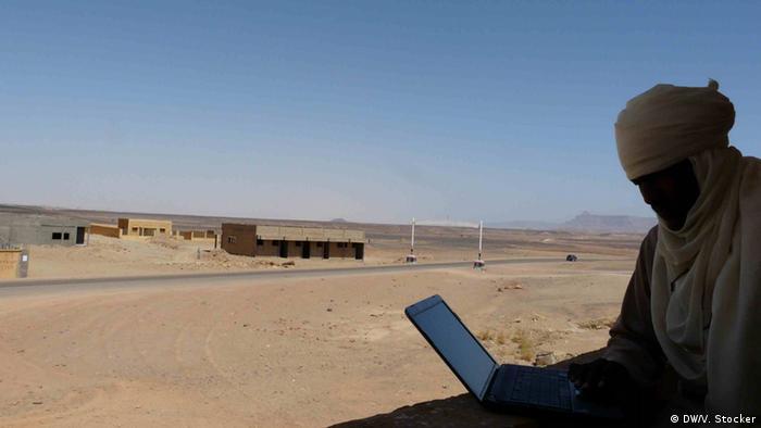 Sicherheitslage in Südlibyen Tuareg mit Laptop