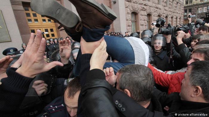 Сутички під стінами Київради на початку жовтня. Активісти протестують проти засідання нелігітимної Київради