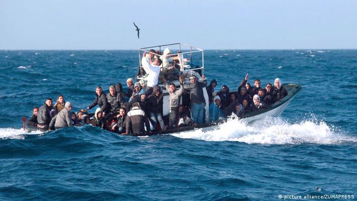 Bootsflüchtlinge vor Lampedusa. Foto: dpa.
