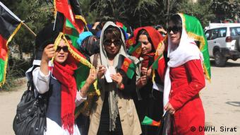 A group of Afghanistan students attend in a symbolic elections in Kabul on 3 October in order to encourage people to participate in Afghanistan Presidential Elections 2014. (Photo: Hussain Sirat/DW)