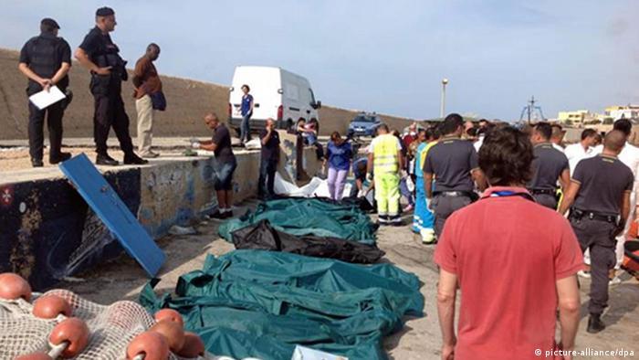 Leichen von Opfern der Flüchtlingskatastrophe von Lampedusa am 03.10.2013 am Hafen