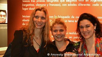 Lisa Franz, Léa Meurice und Guadalupe Gómez Verdi (v.l.) bei Ausstellungseröffnung MItte August im Palais de Glace, Buenos Aires (Foto: Amnesty International Argentinien)