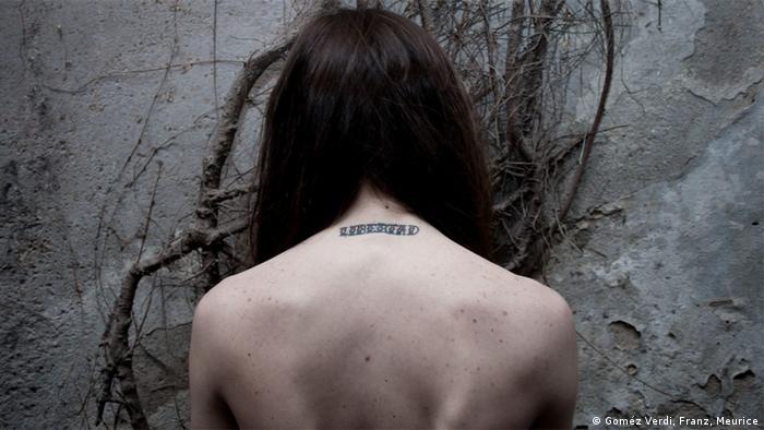 """Eine der porträtierten Frauen im Fotoprojekt """"11 Monate, 23 Stunden, 59 Minuten"""". Zu sehen ist der Rücken von Camilla, die sich nach einem Schwangerschaftsabbruch """"Libertad"""" (Freiheit) in den Nacken tätowiert hat (Foto: Amnesty International Argentinien)"""