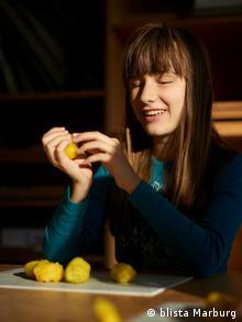 Eine blinde Schülerin der Blindenstudienanstalt (Blista) in Marburg ertastet einen gelben Gegenstand im Kunstunterricht. (Copyright: Blista Marburg)