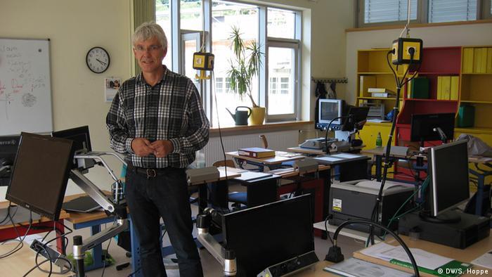 Der Leiter der Blindenstudienanstalt (Blista) in Marburg, Claus Duncker, zeigt die Unterrichtsmaterialien in einem Klassenraum der Blindenschule. (Foto: Stefanie Hoppe)