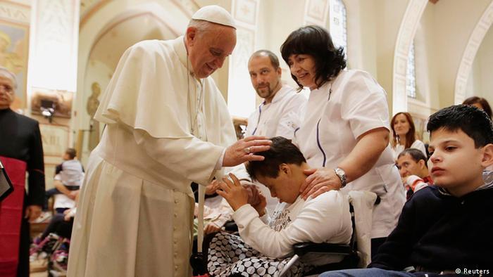 Papst Franziskus segnet ein behindertes Kind (Foto: rtr)