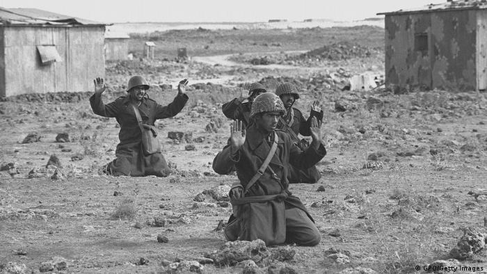Syrische Soldaten ergeben sich am 10. Oktober 1973 auf den Golan-Höhen. - Foto: GPO/Getty Images