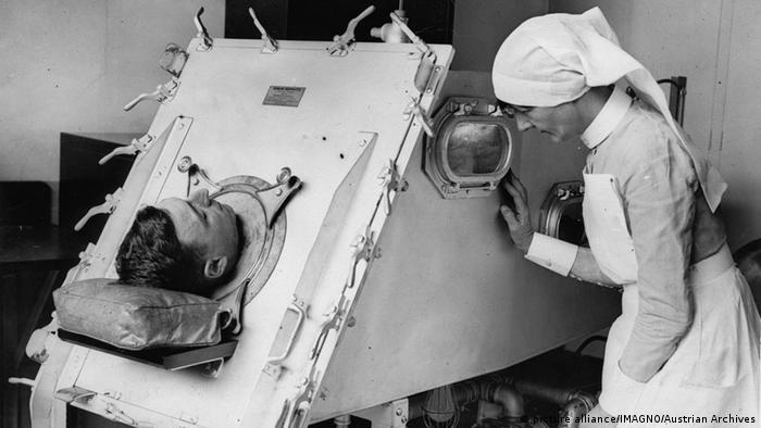 Eine Eiserne Lunge. St. Bartholomews Hostpital. London. Photographie. Um 1935. (Foto: picture alliance/Imagno/Austrian Archives)