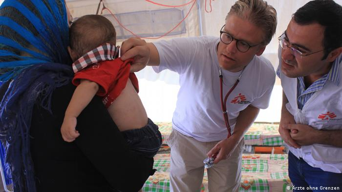 Dr. Tankred Stöbe of Doctors Without Borders treating Syrian refugees in Iraq (Photo: DW/Cornelia Wegerhoff)