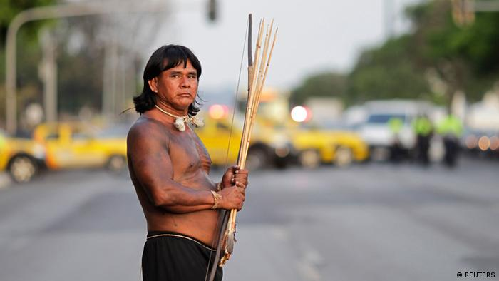 Indígena protesta em Brasília em prol de demarcação de terras, em 2013