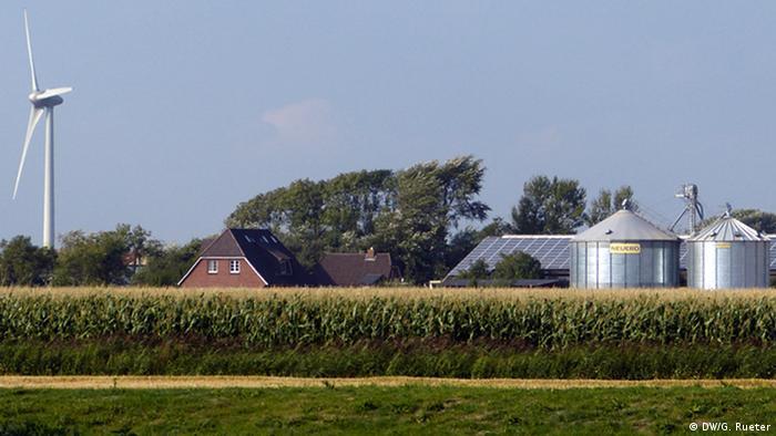 Ort der Aufnahmen: Westküste von Schleswig-Holstein an der Grenze zu Dänemark. In den beiden Landkreisen Nordfriesland und Dithmarschen erzeugen vor allem die Windanlagen in Bürgerhand fast dreimal so viel Strom wir die Region verbraucht. Die strukturarme Region blüht durch die Produktion von erneuerbaren Strom. Landwirte, Bürger profitieren von dem Boom. Geplant ist eine massive Ausweitung der Stromproduktion mit erneuerbaren Energien in Schleswig-Holstein. Aufnahmedatum: 29.8.2013 Fotograf: Gero Rueter