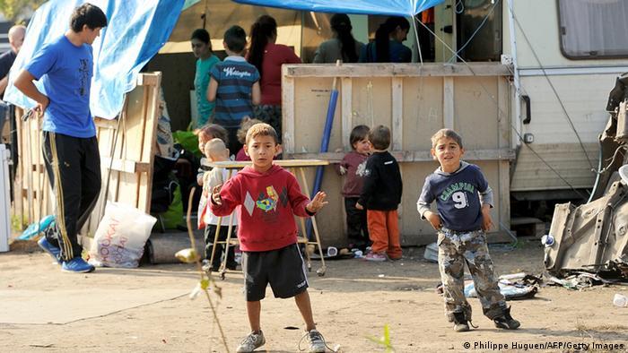 Zwei kleine Jungen in einem Roma-Camp im Norden Frankreichs (Foto: AFP)