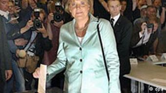 Bundestagswahl 2005: Stimmabgabe der CDU-Vorsitzenden und Kanzlerkandidatin Angela Merkel, Foto: dpa
