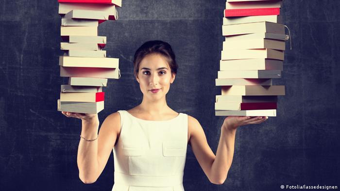 Женщина с книгами в руках