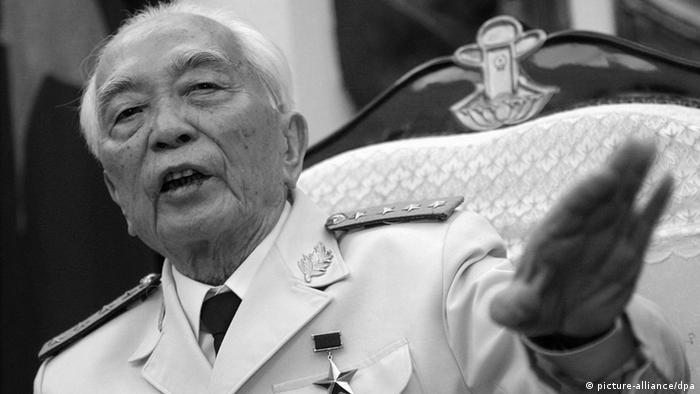 A file photograph dated 30 April 2004 shows General Vo Nguyen Giap addressing foreign and domestic journalists at a press conference at the government guest house in Hanoi, Vietnam. (Photo: dpa)