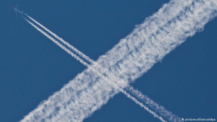 Kondensstreifen am Himmel (Foto: Frank Rumpenhorst/dpa).