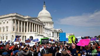 Furloughed federal workers demonstrate to demand an end to the government shutdown outside the U.S. Capitol in Washington (Photo: Reuters / Jonathan Ernst)