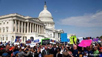 US-Regierungsmitarbeiter demonstrieren vor dem Kapitol in Washington (Foto: Reuters).