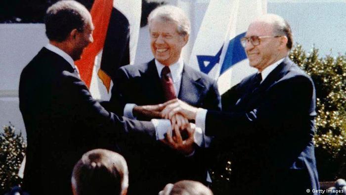Ägyptens Präsident Anwar al-Sadat (l.) und Israels Ministerpräsident Menahem Begin (r.) schließen unter Vermittlung von US-Präsident Jimmy Carter (M.) das Friedensabkommen von Camp David. - Foto: Tel Or Beni/GPO/Getty Images