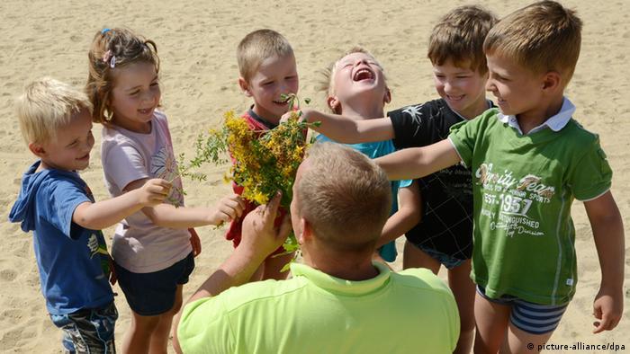 Kinder aus der Abenteuerkindertagesstätte Regenbogen in Mücheln-Stöbnitz (Sachsen-Anhalt) mit ihrem Erzieher - Foto: Waltraud Grubitzsch (dpa)