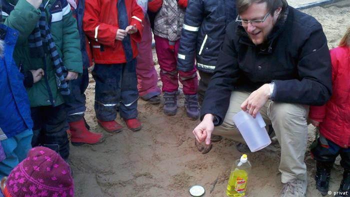 Björn Bräunig, männlicher Erzieher, umgeben von Kindern in einer Kita - Foto: privat