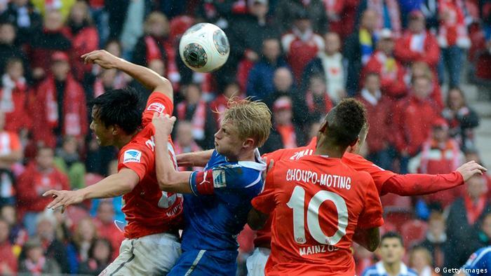 ´Shinji Okazaki (L) of Mainz battles for the ball with Andreas Beck (R) of Hoffenheim