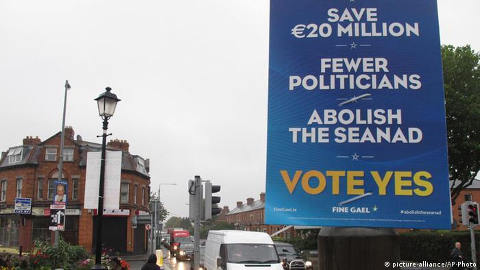 Ein blaues Plakat mit Slogans für die Abschaffung der irischen Senats (Foto: AP)