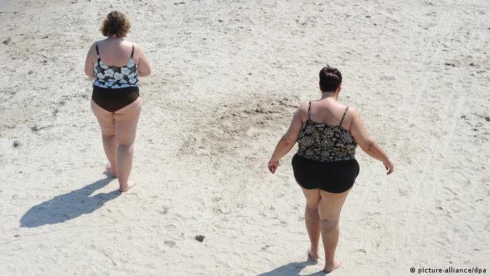 Dos mujeres obesas en una playa