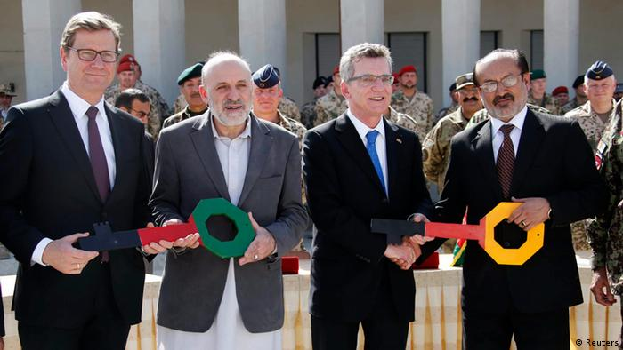 گیدو وستروله (چپ) و توماس دمزیر، وزیران خارجه و دفاع آلمان، در مراسم تحویل رسمی پایگاه قندوز به نیروهای محلی