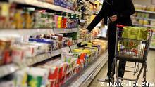 Symbolbild: Extrem diversifiziertes Warenangebot in Deutschland ARCHIV - Ein Kunde steht am 13.02.2012 in Köln vor einem Supermarktregal. Foto: Oliver Berg/dpa (zu dpa «Kartellamt besorgt über Konzentration im Lebensmittelhandel» vom 01.06.2013) +++(c) dpa - Bildfunk+++